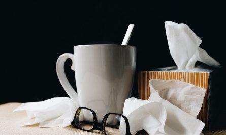Hrnek s teplým čajem a kapesníčky, tak se léčí chřipka.