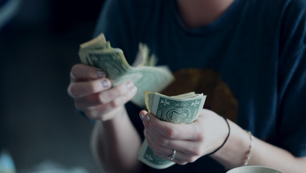 Peníze, které mohou postiženým koronavirem přinést kompenzační bonusy.