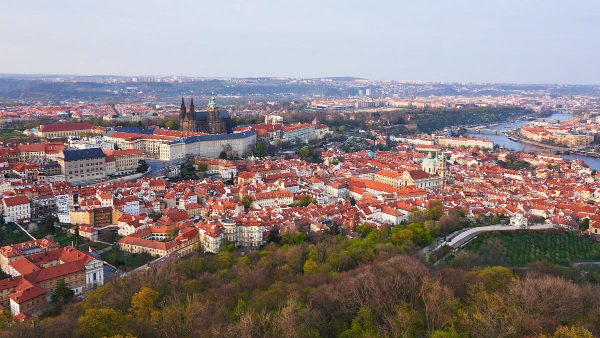 Pohled na Prahu zhmotňující politický systém Česka.