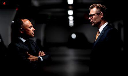 Dva muži, jejichž hlavním tématem je politika.
