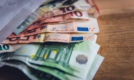 Peníze představující zadluženost Čechů.